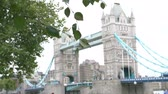 margem do rio : Slow Motion Sequence Of Tower Bridge With Tourists Stock Footage