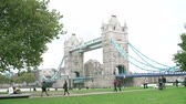 margem do rio : Time Lapse Sequence Showing Tower Bridge With Tourists