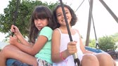 balançoire : Ralenti Shot Of Two Girls Sur Swing In Playground