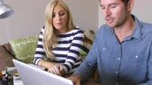 em linha : Couple Sitting At Computer In Home Office Shopping On Line Stock Footage