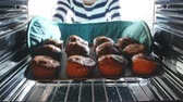 luva : Woman Taking Tray Of Baked Muffins Out Of The Oven