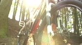 vtt : Close Up Of Man On Mountain Bike Dans Woodland