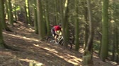 cyklus : Slow Motion Shot Of Man Riding Mountain Bike Through Woods Dostupné videozáznamy
