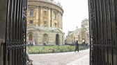 pfanne : Sehen Sie durch ein ornamentales Gate To The Oxford Radcliffe Camera Stock Footage