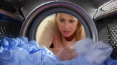lavanderia : Woman Accidentally Dyeing Laundry Inside Washing Machine Vídeos