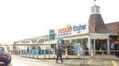 budynek : Exterior View Of Tesco Supermarket Entrance Wideo