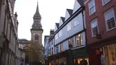 велосипед : Exterior Of Shops And Church In Oxford City Centre At Dusk Стоковые видеозаписи