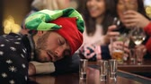 svetr : Man Passed Out On Bar During Christmas Drinks With Friends