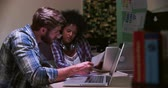 de mãos dadas : Office Workers At Desks Working Late On Laptops
