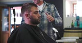 barbeiro : Male Barber Giving Client Haircut In Shop