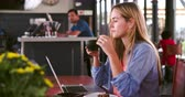 lanches : Young Woman In Cafe Working On Laptop Vídeos