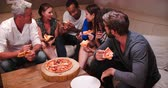 entreter : Group Of Friends Eating Takeaway Pizza And Watching TV