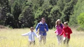 térmico : Family On Hike In Beautiful Countryside