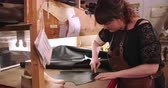 szablon : Bespoke Shoemaker Measuring And Cutting Leather For Shoe Wideo
