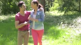 chemin : Romantic Couple Longeant Summer Woodland chemin ensemble Vidéos Libres De Droits
