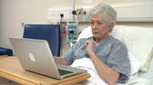 cama : Senior Female Patient Using Laptop In Hospital Bed