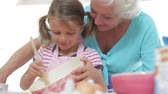 misturando : Grandmother And Granddaughter Baking In Kitchen
