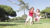 pull : Enfants jouant Tug Of War