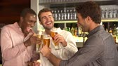 etniczne : Three Male Friends Enjoying Drink At Bar