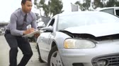 klemmbrett : Loss Adjuster Inspecting Car Accident In Beteiligte Stock Footage