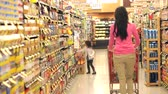 empurrando : Mother And Daughter Shopping In Supermarket