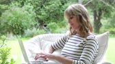 беспроводной : Middle Aged Woman Sitting Outdoors Using Laptop