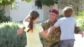 exército : Soldier Returning Home And Greeted By Family