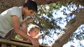 nehty : Teenage Boy Helps Younger Brother To Build A Tree House Dostupné videozáznamy