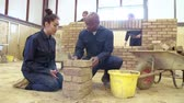 estudantes : Teacher Helping Students Training To Be Builders