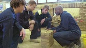 aprendizagem : Teacher Helping Students Training To Be Builders