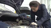 garagem : Teacher Helping Female Student Training To Be Car Mechanic