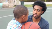 ponto : Father Teaching Son How To Throw Basketball