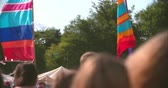 despreocupado : General shot of a rural music festival site, slow motion