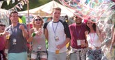 passar : Group of friends walking at a music festival, slow motion