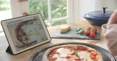 www : Person Following Pizza Recipe Using App On Digital Tablet Wideo