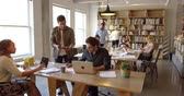 etniczne : Businesspeople Working At Desks In Busy Office Shot