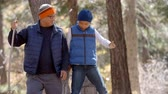 великолепный : Asian father and son hiking together in a forest