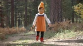 explorar : Asian toddler girl walking alone in a forest, front view Stock Footage