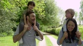 ombros : Parents Give Sons Ride On Shoulders During Walk Shot On R3D