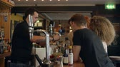 vielfalt : Barmixer, der Cocktail Making Demonstration in der Bar gibt