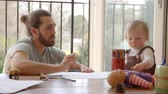 apartamento : Father And Daughter Sitting At Table And Drawing Pictures Stock Footage