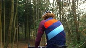 ciclista : Cross-country cyclist resting and drinking on bike, back view, shot on R3D