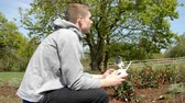 беспроводной : Man Flying Drone Quadcopter In Garden