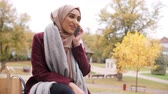 tradicional : British Muslim Woman On Break Using Mobile Phone In Park