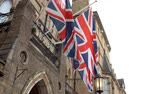 volando : Union Jack Flags fuera del Randolph Hotel en Oxford Archivo de Video