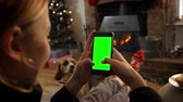 em linha : Woman On Line With Mobile Phone In Room Ready For Christmas Stock Footage