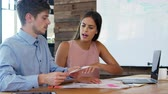 concentrando : Young man and woman in discussion in a creative office