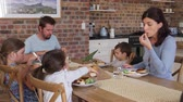 horizontální : Family Eating Meal In Open Plan Kitchen Together Dostupné videozáznamy