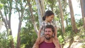 портрет : Daughter Riding On Fathers Shoulders On Countryside Walk