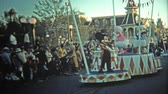 político : 1972: Walt Disney World sunset parade Dumbos Circus with Mickey Minnie Mouse, Donald Duck, Pinnochio. Vídeos